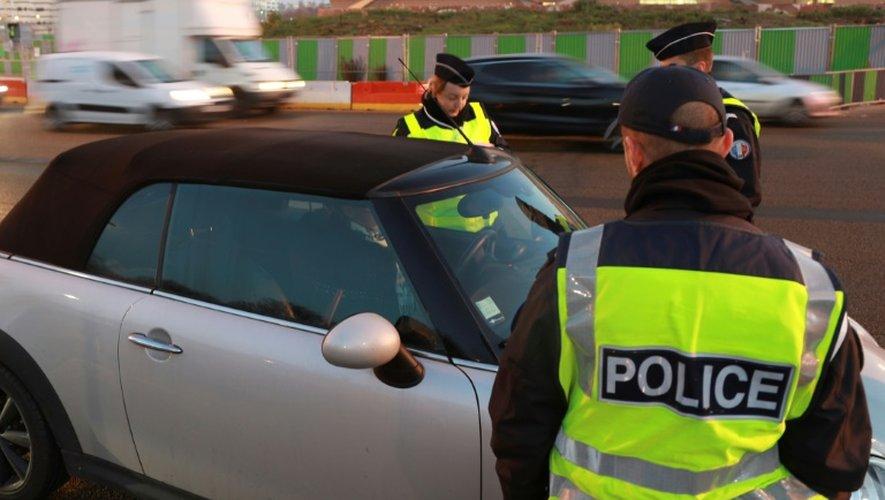 Des policiers vérifient que les automobilistes respectent le principe de la circulation alternée, à Paris, le 6 décembre 2016