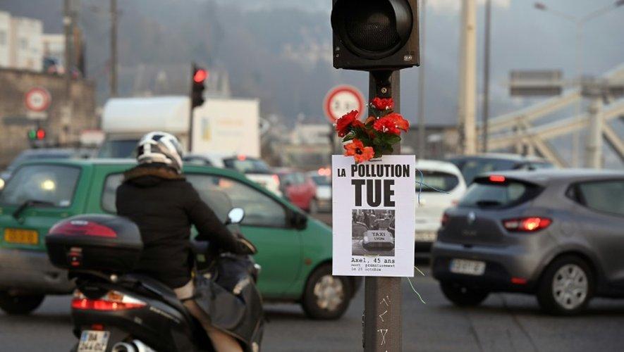 """""""La pollution tue"""" peut-on lire sur cette affichette placardée sur un feu tricolore à Paris, le 6 décembre 2016"""