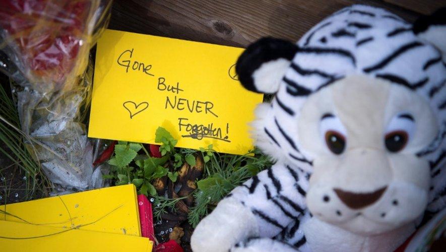 Des messages, bougies ou fleurs sont laissés devant le memorial improvisé proche du lieu du drame, le 5 décembre 2016 à Oakland
