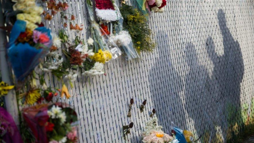 Des fleurs déposées en hommage aux victimes de l'incendie qui a ravagé un collectif d'artistes, le 4 décembre 2016 à Oakland en Californie