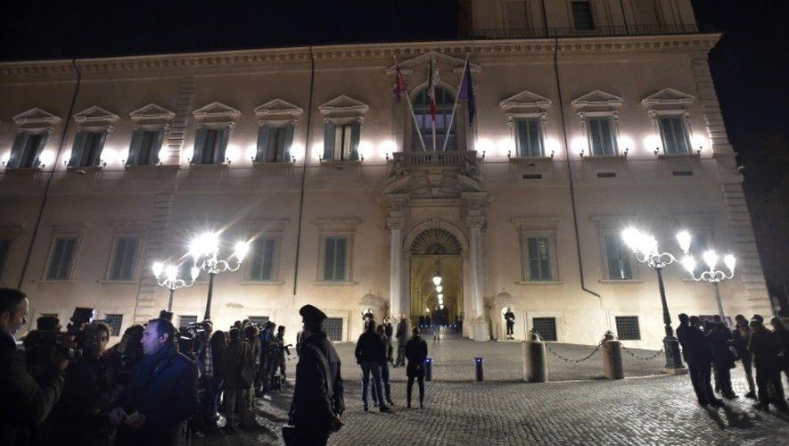 Les médias patientent devant le Quirinal, siège de la présidence italienne, le 5 décembre 2016 à Rome