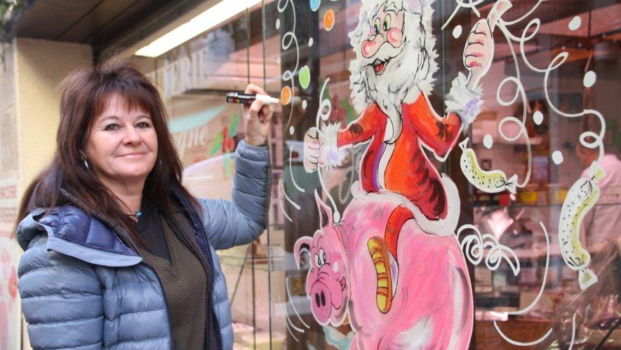 Véronique Blot apportant une touche finale à une des vitrines du centre-ville.