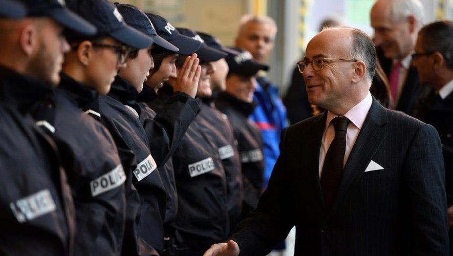 Bernard Cazeneuve avec des policiers le 2 décembre 2016 à Paris