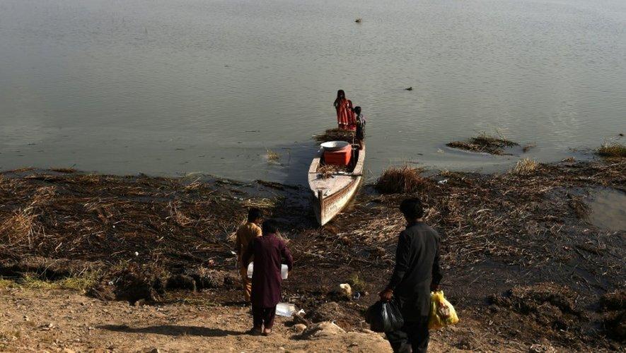 Des eaux usées se déversent depuis 30 ans dans le lac Manchar et l'ont rendu invivable, pour les poissons comme pour les pêcheurs.