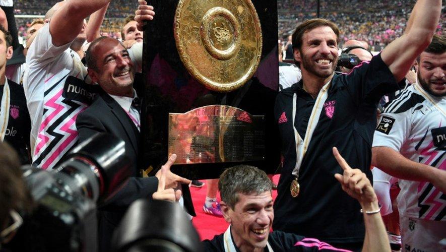 Le président du Stade Français Thomas Savare et l'entraîneur Gonzalo Quesada avec le Bouclier de Brennus, le 13 juin 2015 au Stade de France après la victoire sur Clermont en finale du Top 14