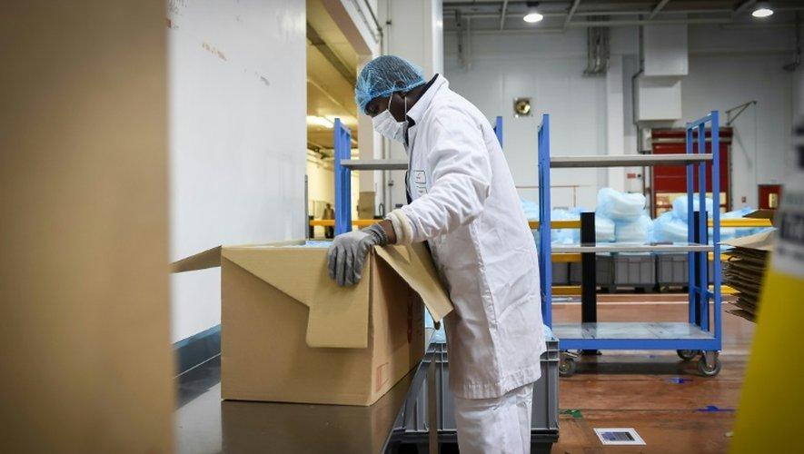 Un autiste travaille dans une usine à Auneau-Bleury-Saint-Symphorien, en France, le 24 novembre 2016