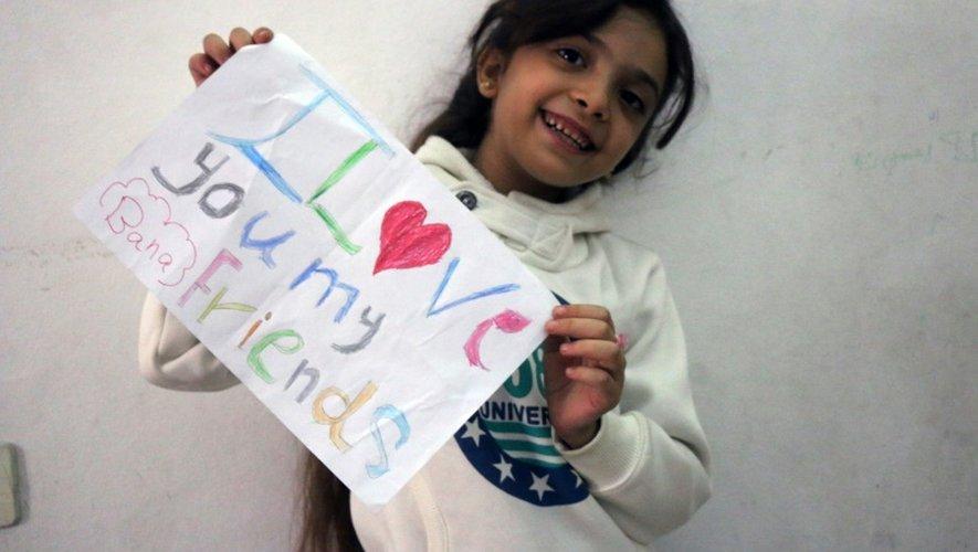 La petite Syrienne Bana Al-Abed salue ses followers, le 10 octobre 2016 à Alep