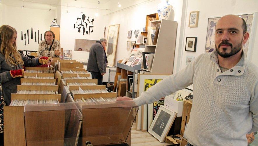 Cyril Caucat, au premier plan, comme le retour du vinyle, dans sa boutique « Arbouse Shop » rue du Bal.