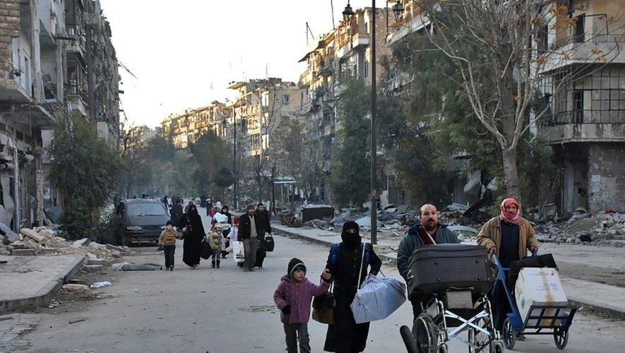 Des civils quittent Alep, en Syrie, le 7 décembre 2016