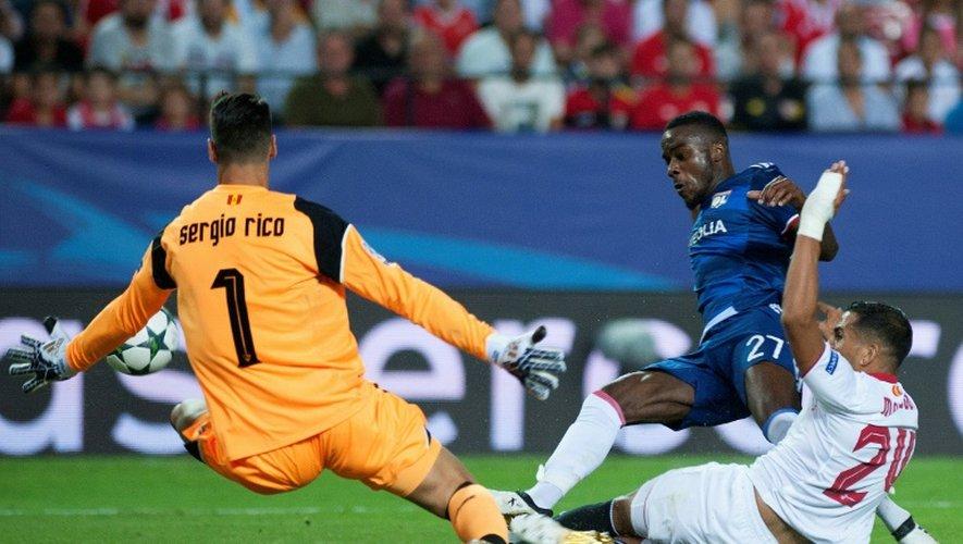 Le Lyonnais Maxwel Cornet face au gardien du FC Séville Sergio Rico, le  27 septembre 2016 lors du match aller en Espagne