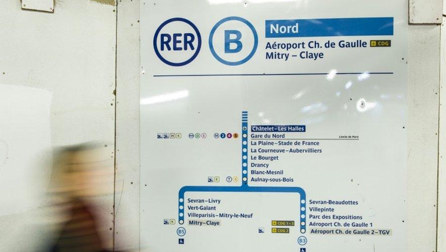 Un voyageurà la station Chatelet Les Halles du RER B le 8 mars 2016 à Paris