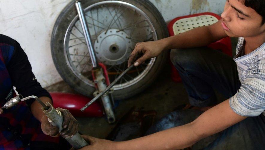 Russel, 13 ans, travaille dans un garage à Dacca, au Bangladesh, le 7 décembre 2016
