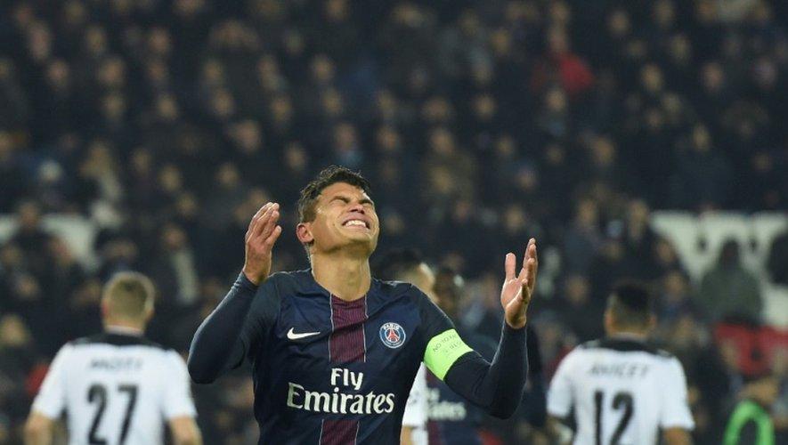 Le défenseur du PSG Thiago Silva dépité après avoir manqué un but face à Ludogorets en Ligue des champions au Parc des Princes, le 6 décembre 2016