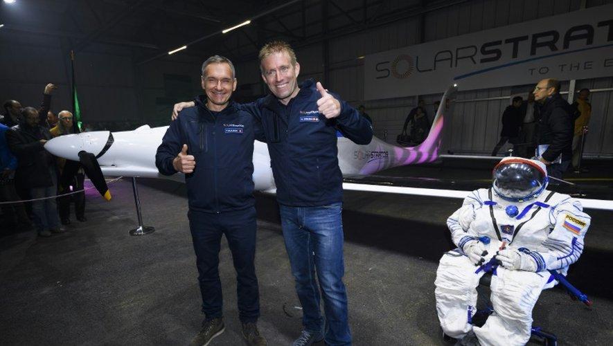 L'aventurier suisse Raphael Domjan (d) et le pilote suisse Thierry Plojoux, devant une combinaison de vol et le SolarStratos à Payerne le 7 décembre 2016