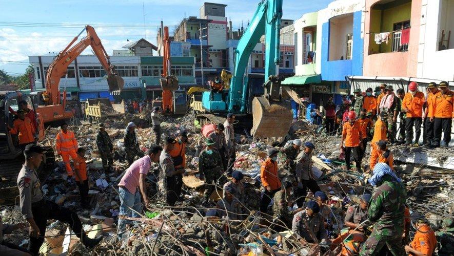 Des équipes de secours au milieu des décombres le 8 décembre 2016 à Pidie Jaya dans la province d'Aceh