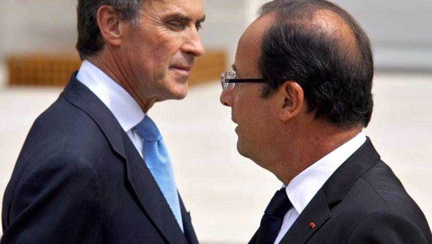 Jérôme Cahuzac et François Hollande dans la cour de l'Elysée le 4 juillet 2012 à Paris
