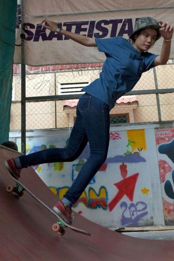 Aller à l'encontrede cette éducation cantonnant les filles à jouer les seconds rôles toute leur vie est l'un des buts de l'association Skateistan, installée au Cambodge depuis 2011