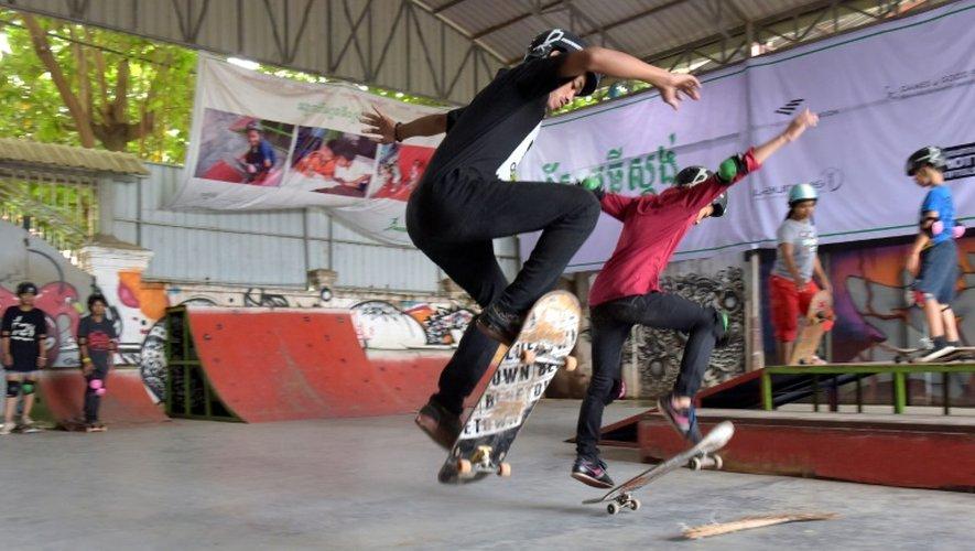 Sur les rampes de skate évoluent autant de filles que de garçons. Au milieu de fresques murales, les jeunes enchaînent les figures, ponctuées d'applaudissements et d'encouragements de toute la troupe
