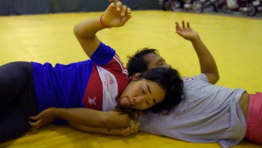 La lutteuse Chov Sotheara (à gauche) est une des rares athlètes féminines cambodgiennes de haut niveau