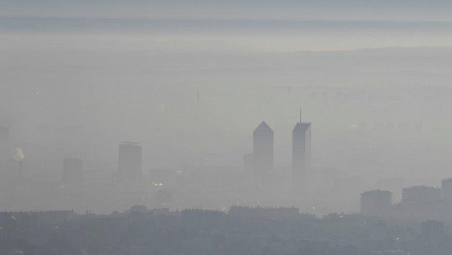 Le quartier d'affaires de la Part-Dieu à Lyon sous un épais brouillard de pollution, le 8 décembre 2016