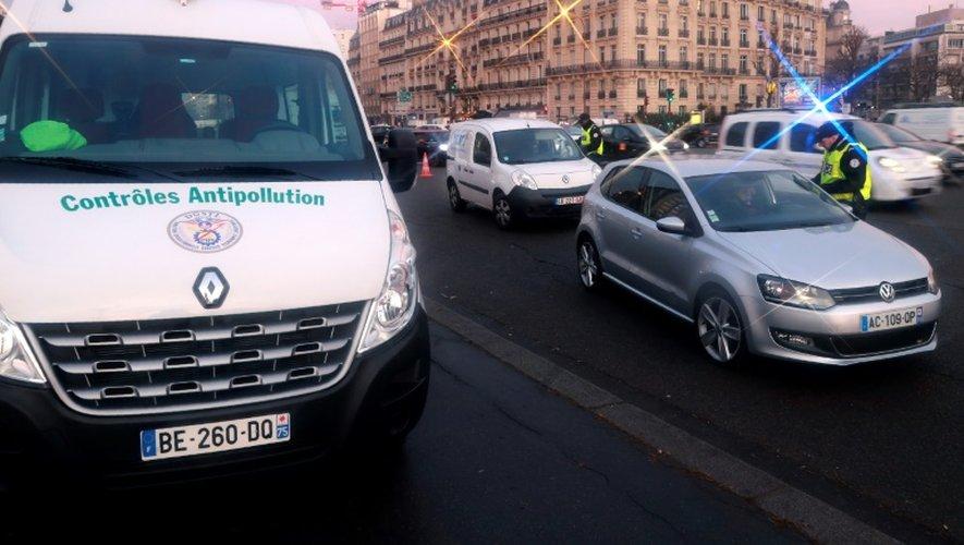 Des automobilistes contrôlés le 8 décembre 2016 à Paris dans le cadre de la circulation alternée