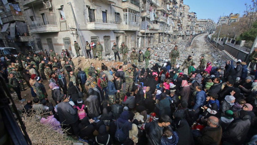 Des civils ayant fui les les violences, le 8 décembre 2016 à Maysaloun un secteur d'Alep-Est