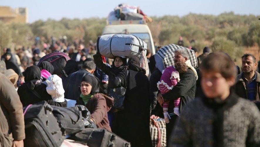 Des milliers de civils ayant fui les violences, à leur arrivée le 8 décembre 2016 au village d'Aziza au nord d'Alep