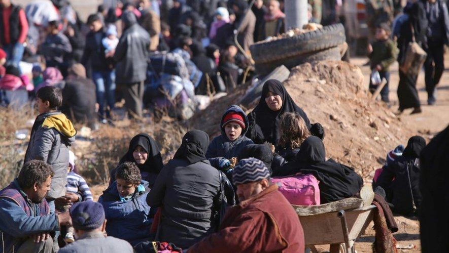 Des civils le 8 décembre 2016 dans le village d'Aziza après avoir fui les violences à Alep