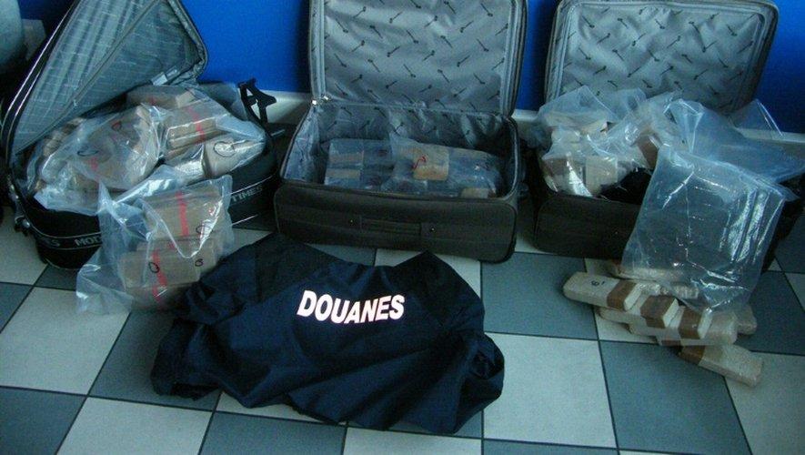 Un agent des douanes montre une saisie de 95 kg d'héroïne, le 30 septembre 2008, à Lille