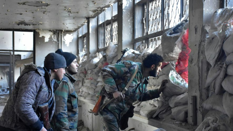 Des soldats du régime syrien le 8 décembre 2016 dans un quartie d'Alep-Est