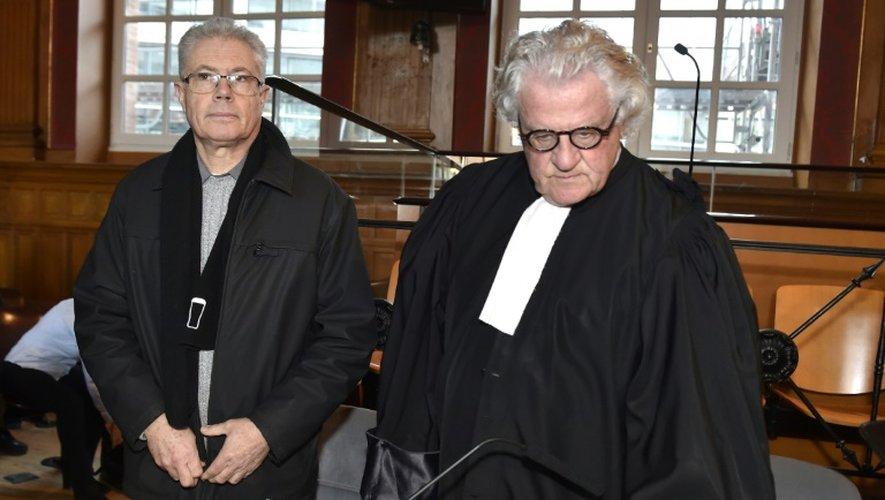 Le buraliste du Tarn Luc Fournie (G) et son avocat Georges Catala devant la cour d'assises le 7 décembre 2016 à Toulouse
