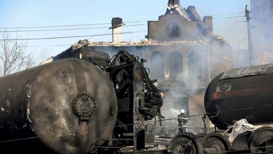 Un pompier intervient sur les lieux de l'accident d'un train transportant des citernes de gaz qui a explosé et déraillé dans le centre d'un village du nord-est de la Bulgarie, Hitrino, le 10 décembre 2016
