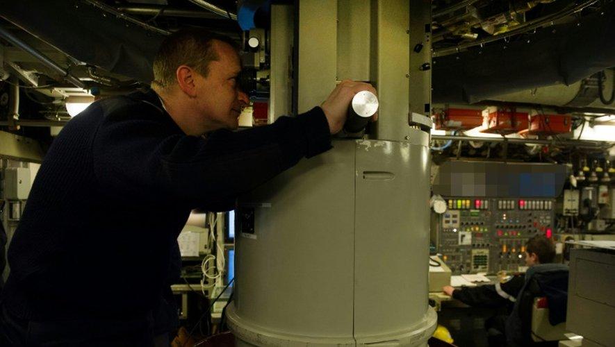 Le commandant du Téméraire, un des quatre SNLE, le capitaine de vaisse Alban Lapointe, au périscope, dans la base de l'Île Longue dans la rade de Brest dans le Finistère, le 5 décembre 2016