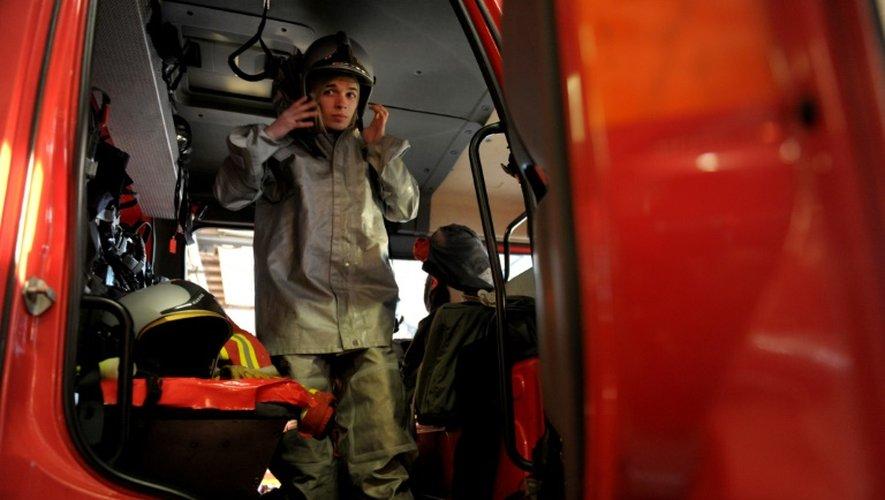 Un pompier lors d'un exercice sur la base de l'Île Longue dans la rade de Brest dans le Finistère, le 5 décembre 2016