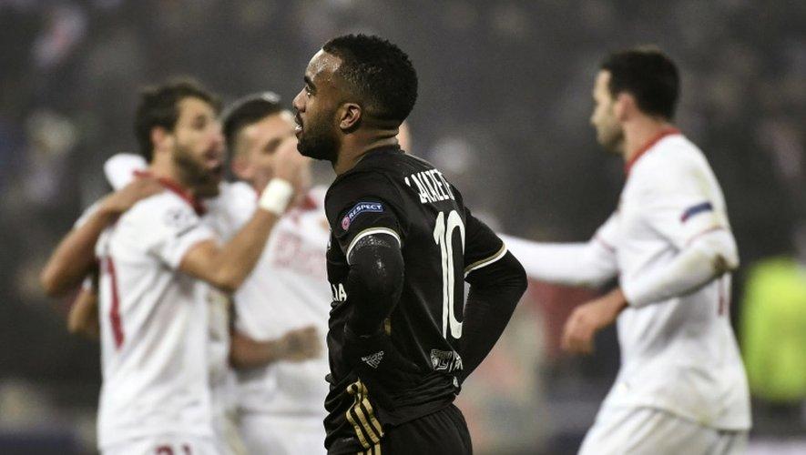 L'attaquant de Lyon Alexandre Lacazette dépité à la fin du match face à Séville en Ligue des champions au Parc OL, le 7 décembre 2016