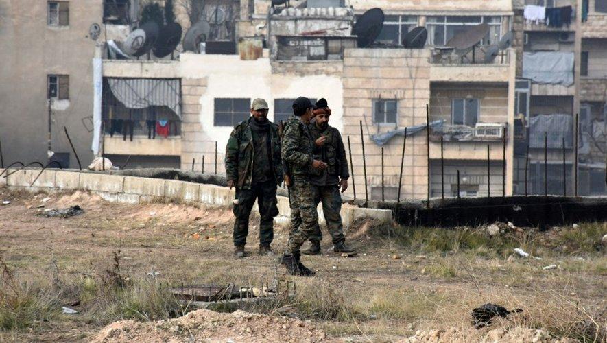 Des membres des forces pro-gouvernementales syriennes dans un quartier repris d'Alep, le 11 décembre 2016