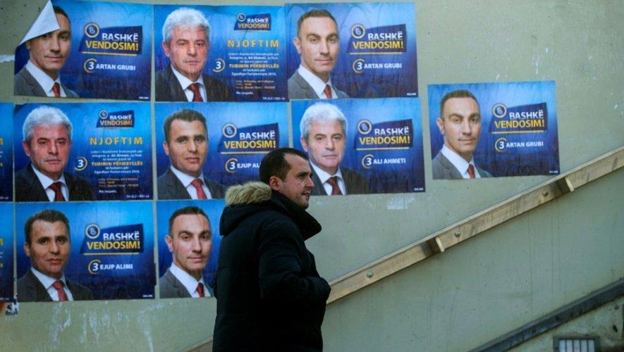 Affiches électorales du parti albanais DUI, collées sur des murs à  Skopje, le 10 décembre  2016, à la veille des élections législatives