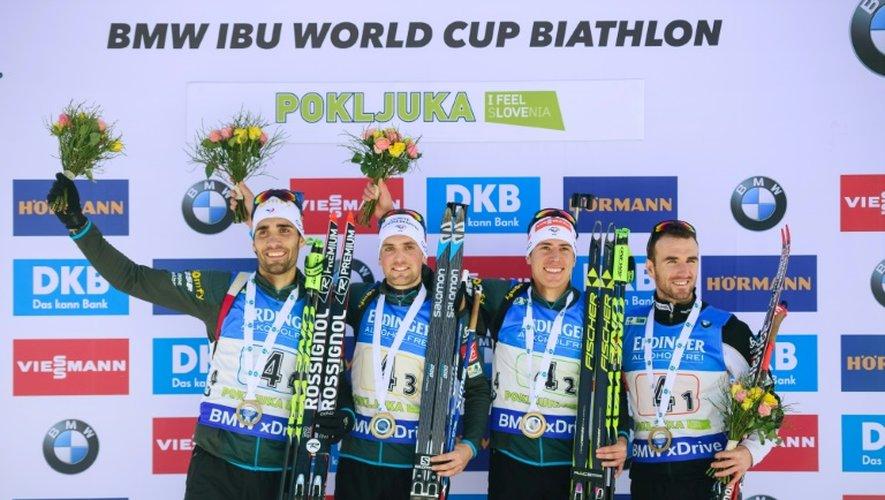 L'équipe de France de biathlon pose sur le podium après sa 1re place au relais 4x7,5 km messieurs de Pokljuka (Slovénie), le 11 décembre 2016