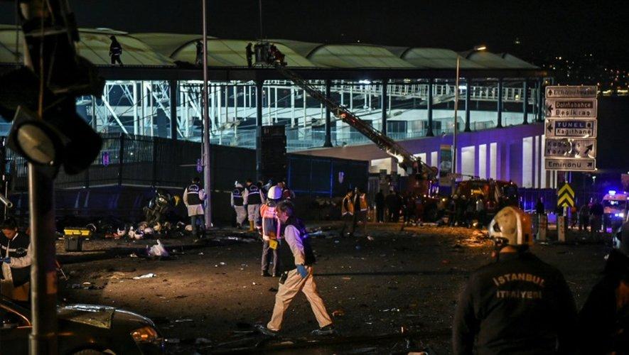 Des experts de la police turque sur les lieux de l'attentat, à proximité du stade de l'équipe de football de Besiktas, le 10 décembre 2016 à Istanbul