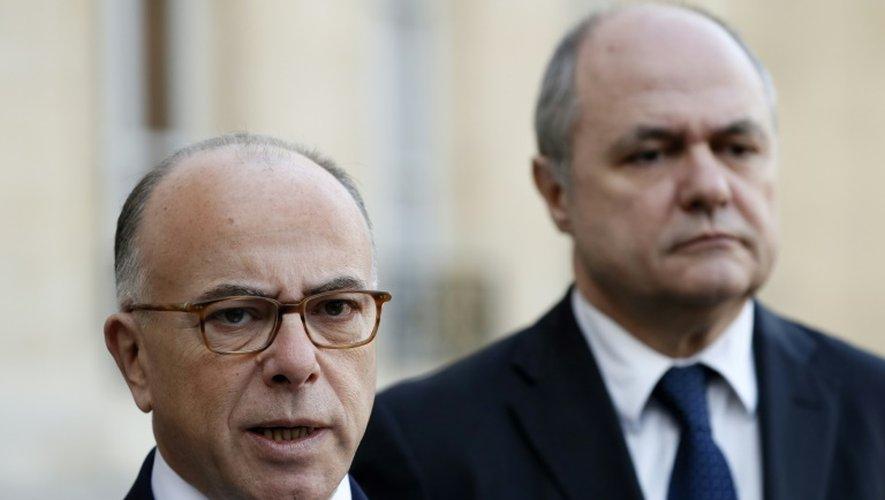 Le Premier ministre Bernard Cazeneuve (g) et son successeur à l'Intérieur Bruno Le Roux, le 10 décembre 2016 à Paris