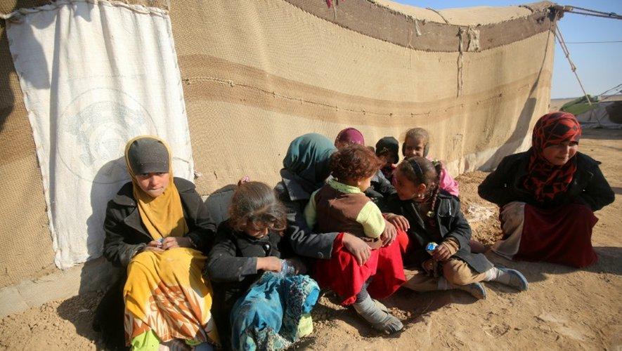 Des enfants irakiens déplacés des faubourgs de Tal Afar en Irak, dans un camp du village de Khalif Saleh le 12 décembre 2016