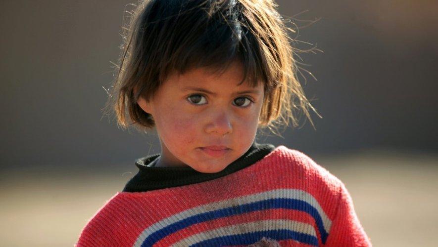 Un enfant irakien déplacé des faubourgs de Tal Afar en Irak, dans un camp du village de Khalif Saleh le 12 décembre 2016