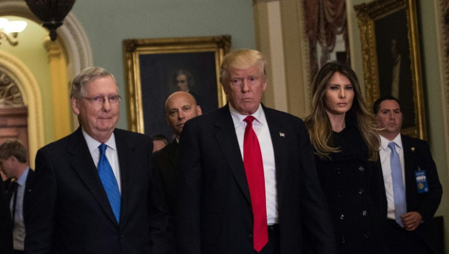 Mitch McConnell, Donald Trump et son épouse Melania, le 10 novembre 2016 à Washington