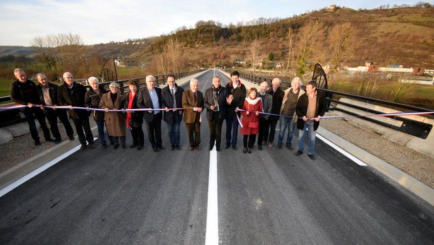 De nombreux élus avaient répondu à l'invitation pour l'inauguration du pont.