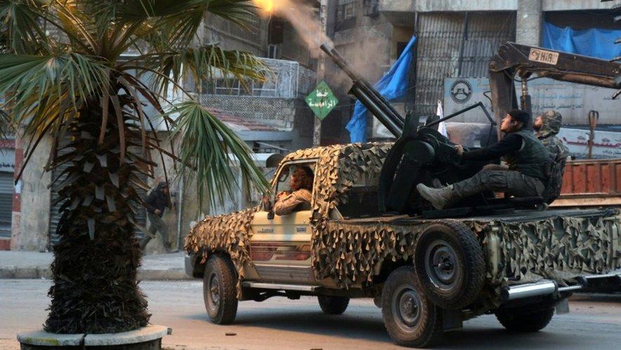 Tirs de l'armée syrienne sur le quartier d'Al-Machad, toujours sous contrôle rebelle, le 12 décembre 2016 à Alep