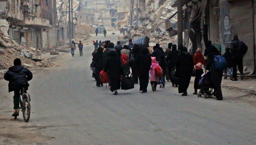 Des civils fuient les violences le 12 décembre 2016 Alep