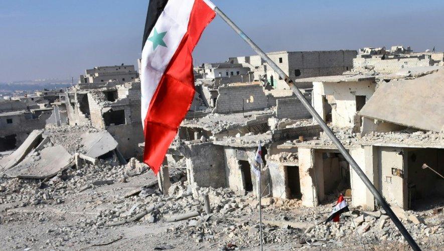 Le drapeau syrien déployé le 12 décembre 2016 dans le quartier détruit de Sheikh Saeed à Alep