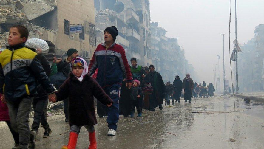 Des Syriens quittent le quartier ex rebelle de Boustane al-Qasr dans Alep-Est, le 13 décembre 2016