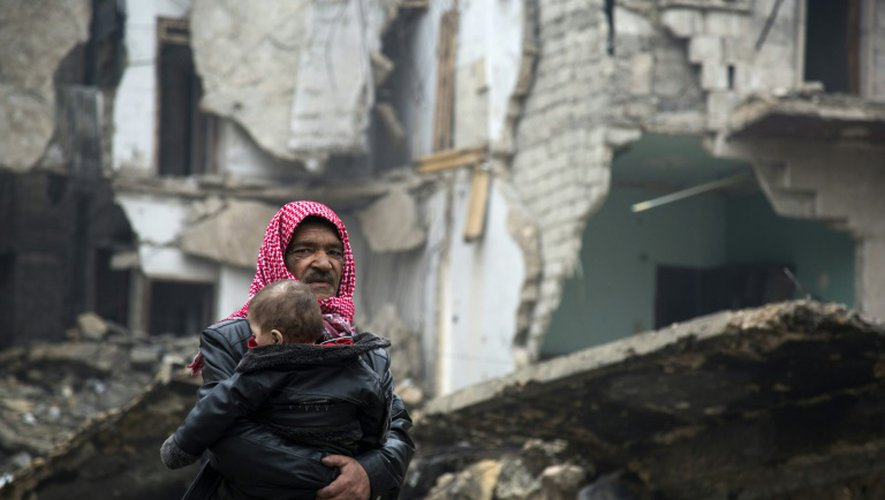 Des Syriens quittent des districts contrôlés par les rebelles à Alep, le 13 décembre 2016