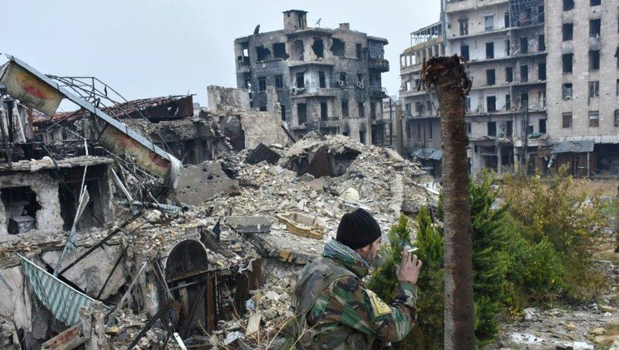 Un membre des forces progouvernementales syriennes dans la Vieille ville d'Alep, le 13 décembre 2016